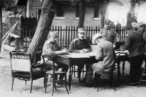 Εικόνα 1: Ο Βενιζέλος και ο Κωνσταντίνος συνομιλούν (1913). Φωτογραφία στο ελληνικό Γενικό Στρατηγείο στο Χατζή-Μπεηλίκ, πρό της Συνδιάσκεψης του Βουκουρεστίου, 1913. Από αριστερά: αρχηγός επιτελείου, Βίκτωρ Δούσμανης, Βασιλεύς Κωνσταντίνος, πρωθυπουργός Ελευθέριος Βενιζέλος. Ο Ιωάννης Μεταξάς φαίνεται δεύτερος από δεξιά.