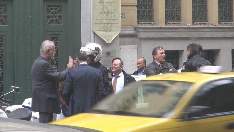 Εικόνα 2. Αριστερά, ο γενειοφόρος υπάλληλος της Εθνικής Τράπεζας, ο οποίος ζητούσε εμμέσως την παρέμβαση του Ταξιάρχου στα όργανα της τάξης που είχαν προσέλθει στο κτίριο της Εθνικής Τράπεζας.
